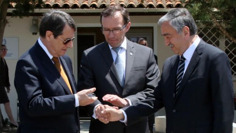 Ο Σταύρος Λυγερός για το Κυπριακό. Στην κόψη του ξυραφιού: Επάνοδος στην τροχιά του σχεδίου Αναν;
