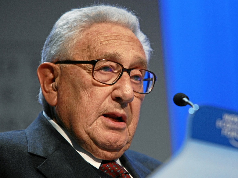 Jeffrey Goldberg για τον,Henry Kissinger, την εκλογή Trump και τους προσανατολισμούς της στρατηγικής των ΗΠΑ. The legendary and controversial statesman criticizes the Obama Doctrine, talks about the main challenges for the next president, and explains how to avoid war with China.Εισαγωγικό σημείωμα Παναγιώτης Ήφαιστος.