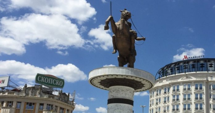 Ελευθέριος Τζιόλας, Πίσω από τα μικρά κι αδύναμα Σκόπια