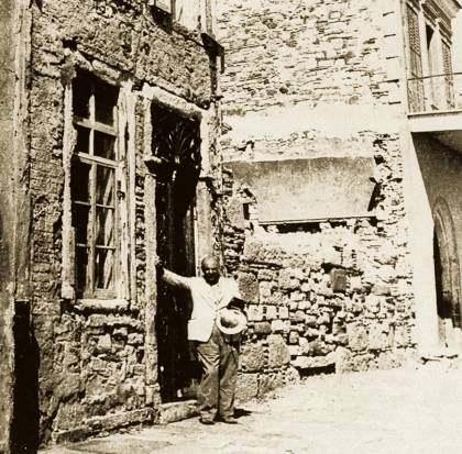 Ο Σεφέρης το 1950, εμπρός από το πατρικό του σπίτι στα Βουρλά