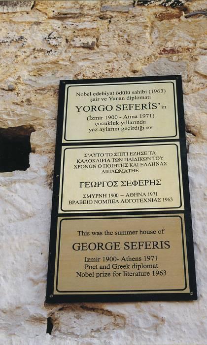Τρίγλωσση πινακίδα (τουρκικά, ελληνικά, αγγλικά) αναρτημένη στο πατρικό του Γιώργου Σεφέρη στα Βουρλά