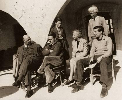 Στη Μονή Αχειροποιήτου στην Κύπρο το 1953, έχοντας δίπλα του τον Λόρενς Ντάρελ. Κοντά τους, η Αντουανέτα Διαμαντή και ο Μορίς Κάρντιφ. Ορθιοι, ο ζωγράφος Α. Διαμαντής και ο γιος του.